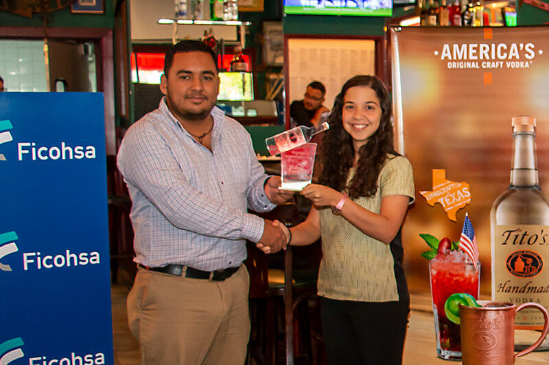 Fernando Figueroa (representante Tito's Handmade Vodka) y Oriana Gámez (Gerente de restaurante Ruby's Tuesday)