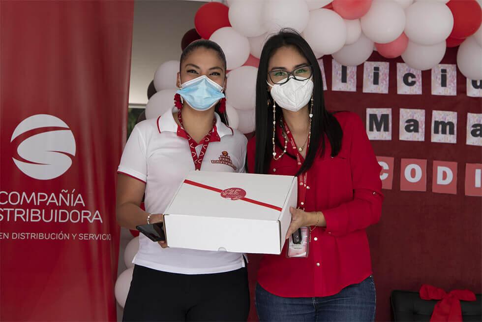 Compañía Distribuidora celebra a lo grande a las mamás con regalos